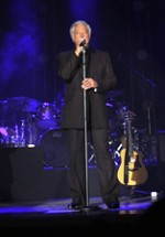 RECENZIE: Peste 4000 de spectatori l-au ascultat pe Tom Jones la Bucureşti