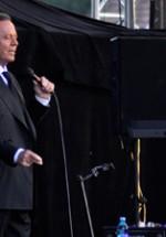 RECENZIE: Julio Iglesias la Bucureşti, amintiri şi emoţii transmise pasional pe ritmuri latino (POZE)
