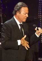 RECENZIE: Julio Iglesias a readus pasiunea spiritului latino la concertul de la Sala Palatului (POZE)