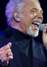 RECENZIE: Tom Jones a ţinut Sala Palatului în picioare, la concertul de la Bucureşti (POZE)