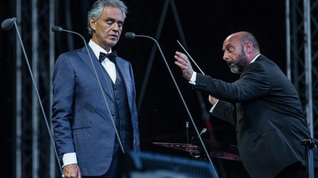 FOTO: Andrea Bocelli în Piaţa Constituţiei din Bucureşti