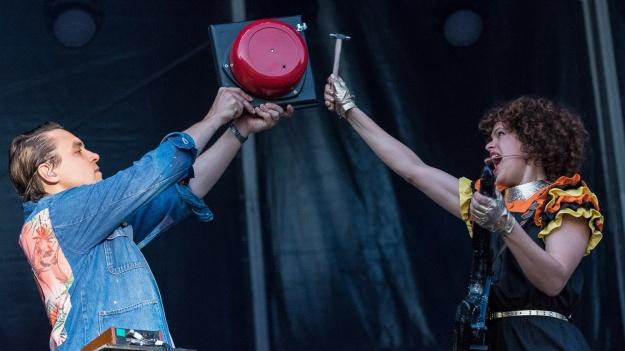 RECENZIE: Muzică bună şi culoare cu Arcade Fire la Bucureşti (FOTO)